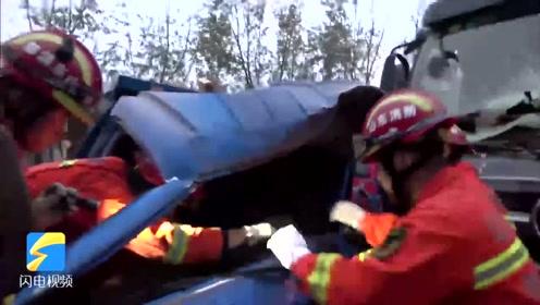 受雨雾天气影响,拉砖三轮车撞上半挂车驾驶员被困,消防破拆施救