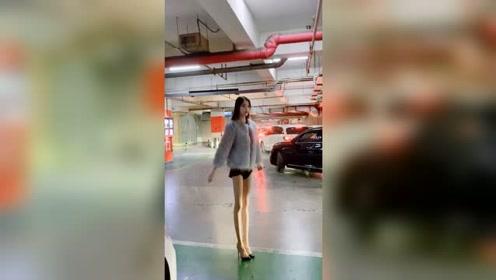 地下停车场遇到刚下班的小姐姐,这双筷子腿确实有点美!