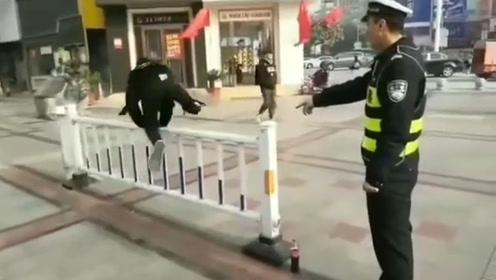 2小伙路口翻护栏 被交警惩罚翻到怀疑人生