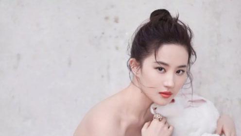 刘亦菲梳高马尾出镜又美又飒 穿裹身裙摆拍大秀性感曲线