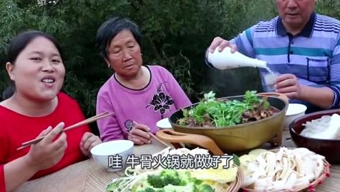 胖妹天冷闹腾吃火锅,6斤牛骨炖出老汤底,奶奶眼睛就没离开过肉!