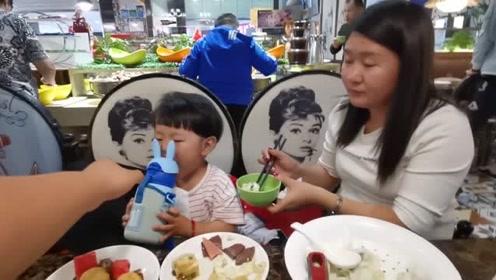 爸爸带着宝宝去吃自助,29元一位宝宝半价,感觉宝宝很爱吃!