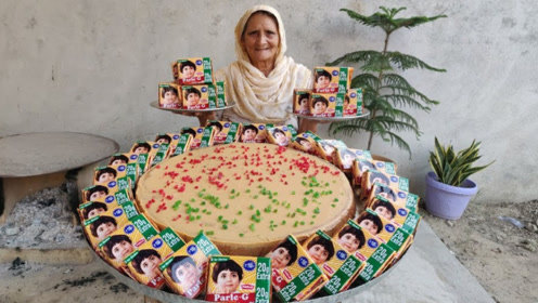 印度老奶奶把饼干磨成粉末,制作超级大蛋糕,分给村里的孩子吃