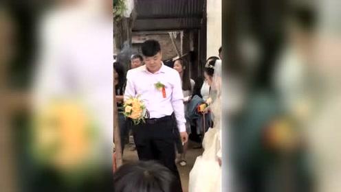 第一次结婚有点紧张 抽根烟