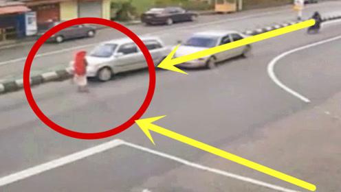 为一胸大无脑女人渣!作死轿车让无辜路人陪葬,监控回放骂声不断!