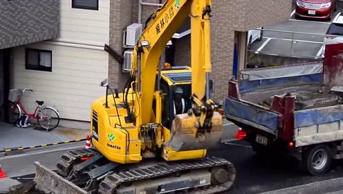 实拍挖掘机拆路,网友:可惜了这么好的柏油路