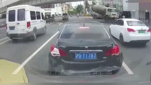 黑车突然减速,后车来不及刹车,把黑车车尾都撞凹进去了