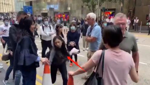 无耻!香港一女公务员阻挠市民清理路障 被谴责后竟叫嚣:打我啊