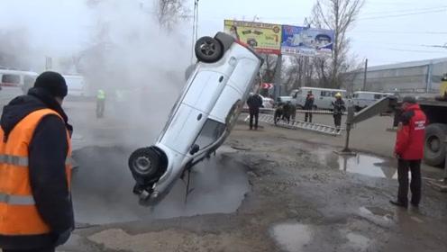 """现场视频曝光:俄罗斯两男子开车掉入热水深坑被活活""""煮死"""""""