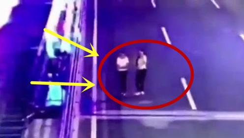 两姐妹逆行走在高速上,下一秒意外突然发生,妹妹直接原地消失!