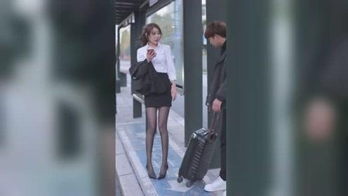 公交站遇到刚下班的小姐姐,看样子心情不太好啊!