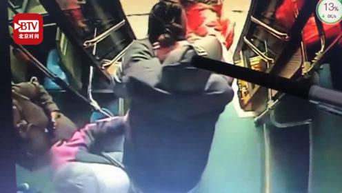 公交女司机秒变女汉子 一天内8次背轮椅老人上下车