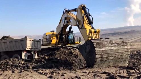 近距离实拍大型挖掘机挖土装车,大挖斗果然厉害,两斗装满一整车
