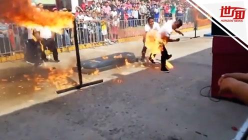"""警察表演跳火杆失手成""""人形火炬"""" 火花四射吓翻观众"""