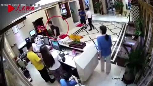 警方公布英驻香港总领馆雇员嫖娼审讯视频:不存在刑讯逼供