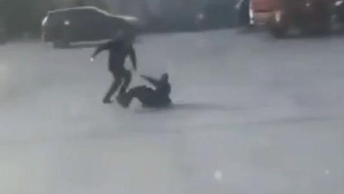 河北保定一男子当街持刀杀人:怀疑妻子与被害人有不正当关系