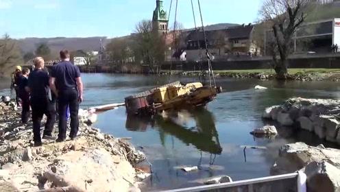 打捞挖掘机!黑灯瞎火的看不见路,挖掘机师傅一不小心就开进了河里,真倒霉