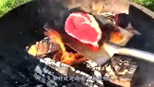"""""""铁锹烤牛肉"""",没有准备锅直接上铁锹,没想到成果还不错"""