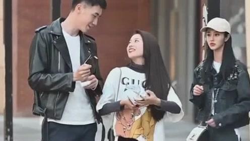 小姐姐看见别人秀恩爱很羡慕,没想到男友也给了自己一个惊喜,幸福的笑了!