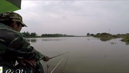 小伙骑车来到河边钓鱼,今天这个位置就是好肥鲫鱼就是不断