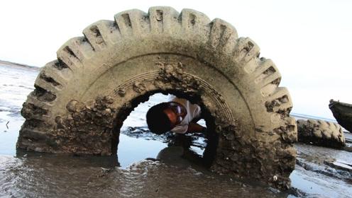 赶海时在这个轮胎里,发现了什么东西,让渔夫这么开心