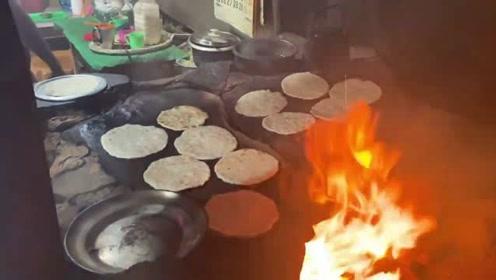 这就是印度很有名的石板烤饼,看看怎么样?感觉好吃吗?