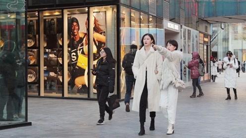 街拍:白色代表简洁和雅致,冬天三里屯时尚美女最爱穿白大衣