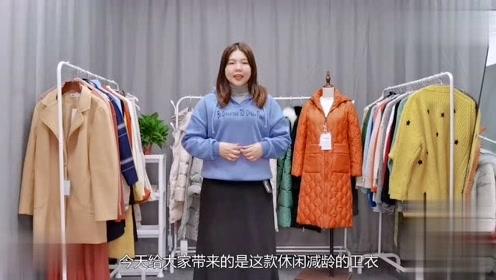 胖人福利:卫衣配半身裙,显瘦又时尚