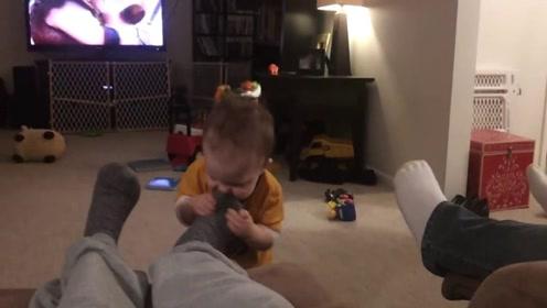 宝宝好奇闻老爸的脚,接下来他的反应,承包我一年笑点
