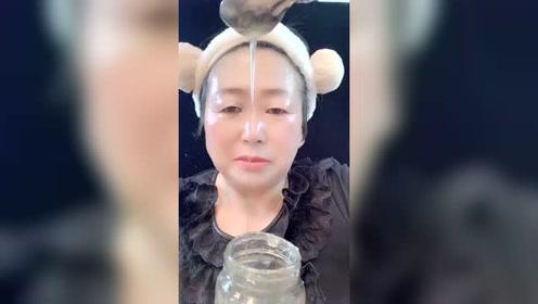56岁的婆婆用蜂蜜护肤就是亮,人人都羡慕!