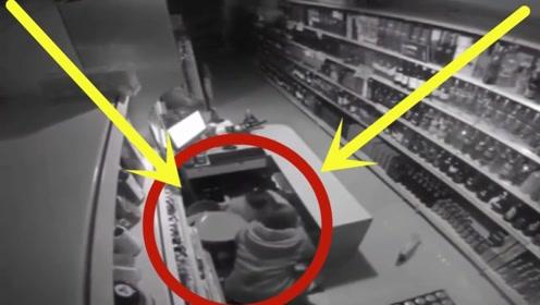 千钧一发之际,店员一把抓过客人,两人成功躲过一劫!