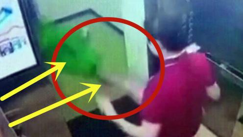 美女乘坐电梯扔垃圾,没想到一个举动,惹众人唾弃!