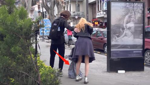 """""""惊悚""""娃娃街头拦路,窜出来的瞬间,女孩吓得躲闪不及"""