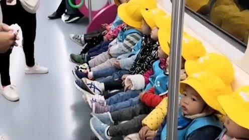 地铁偶遇一群小可爱,也不知道这是谁家的宝,家长有这样的孩子一定很骄傲吧