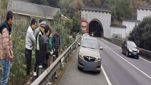 高速隧道内半挂车跑掉传动轴 后方4辆小车避让不及惨遭殃