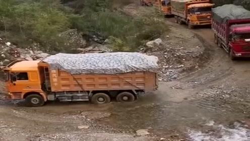 开大货车的司机,操作就是稳!为了一家老小再难的路也得走!