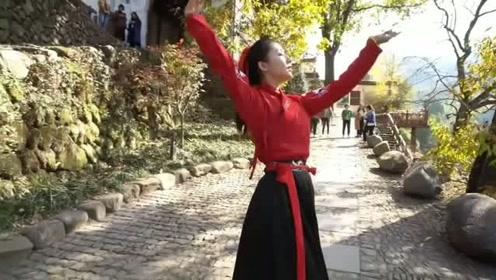 汉服小姐姐风景区跳久违的古风《渡我不渡她》,网友:跳的还不错