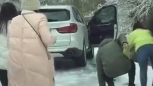 雪地路滑 逃命要紧 车都不要了