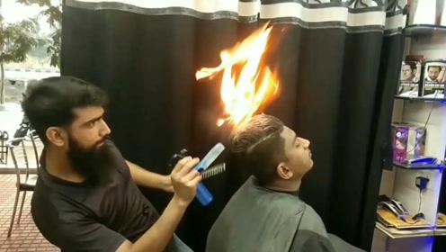 """印度高能理发,直接用火""""烧"""",网友:烧秃了赔钱吗?"""
