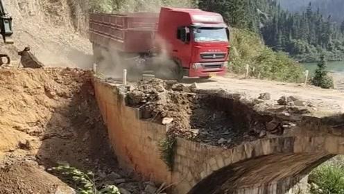 老司机胆子真肥,这种危桥也敢开大货车强行通过,太狠了!
