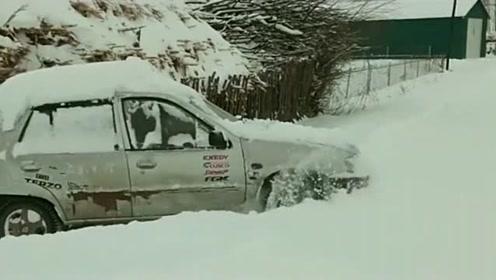 下雪了还要开车出门,出门都出不去,你还不放弃?