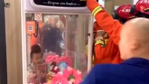 娃娃进娃娃机抓娃娃被卡 娃娃哇哇大哭
