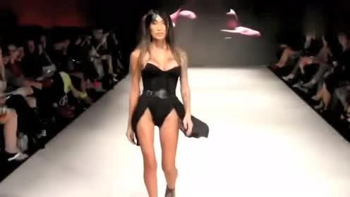时装秀:修身连衣体,穿在超模身上尽显美丽大方!