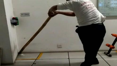 50岁大叔经常玩的游戏,只需一根木棍,这是练腰的