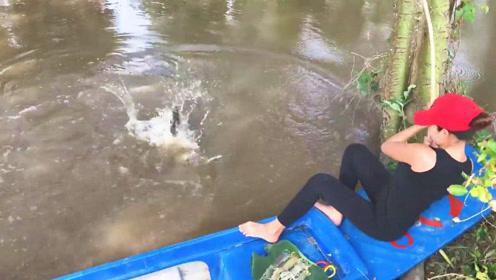 泰国靓妹用螳螂虾野钓,不料接连中大鱼,这场面你看了都会觉得过瘾