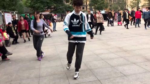42岁阿姨第一天学跳鬼步舞,跳的比老师好,你们觉得呢?