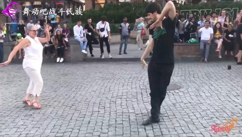 """当70岁的老奶奶跳起""""广场舞"""",路人都情不自禁地为老人叫好"""