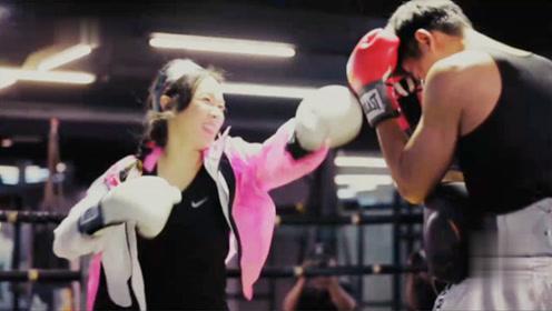 霍思燕一脚把拳击教练踹到栏杆上,看清她脚踹的部位后,谁能顶得住