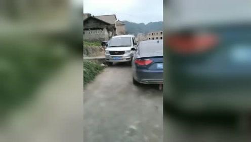 路窄还会车,出现擦碰谁的责任?