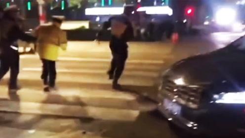 男子驾车疯狂冲卡连撞数车 甚至还猛踩油门冲撞交警